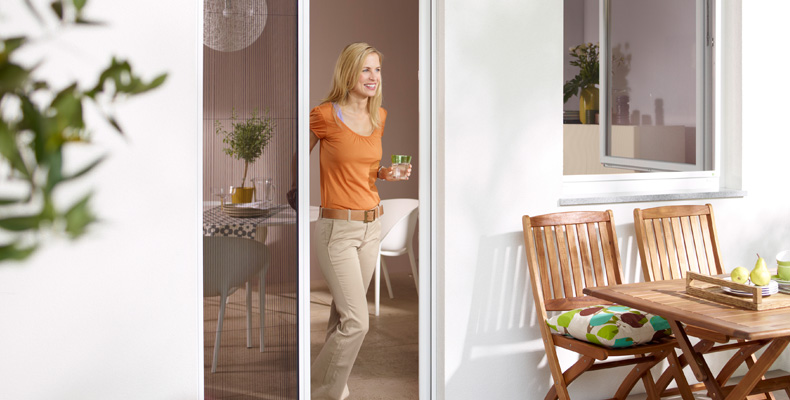 insektenschutz plissee an balkon und terrasse insektenschutz f r fenster und t ren. Black Bedroom Furniture Sets. Home Design Ideas